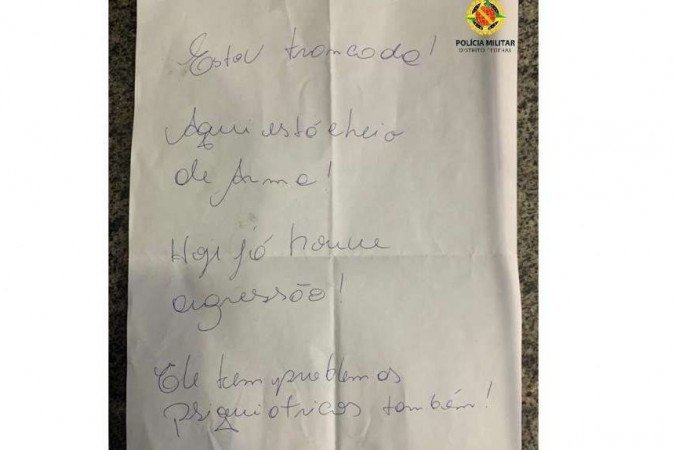 Bilhete foi passado por debaixo da porta do apartamento de onde a mulher era impedida de sair -  (crédito: PMDF/Divulgação)