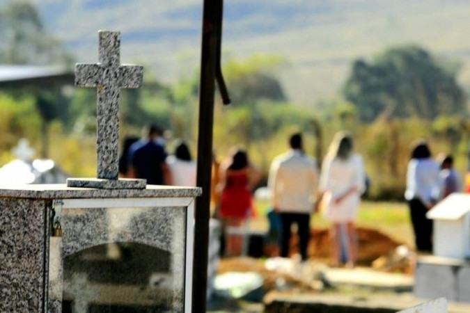 O enterro ocorreu nesta quinta (1º/7), em cemitério no Entorno -  (crédito: Carlos Vieira/CB/DA Press)