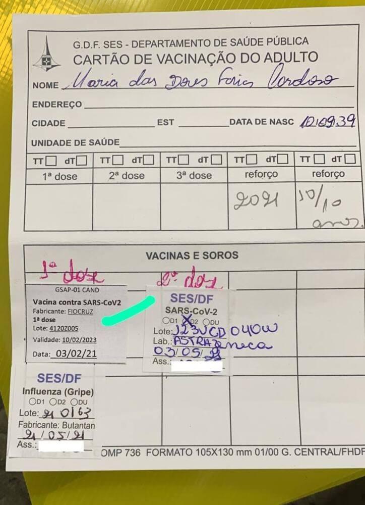 Cartão de vacinação de Maria das Dores Farias. A idosa tomou uma dose do lote vencido antes da validade expirar. Mesmo assim, neta irá ao posto atrás de informações