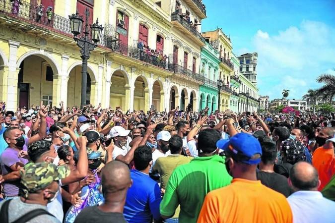 Na Cidade Velha de Havana, cubanos se unem aos gritos de