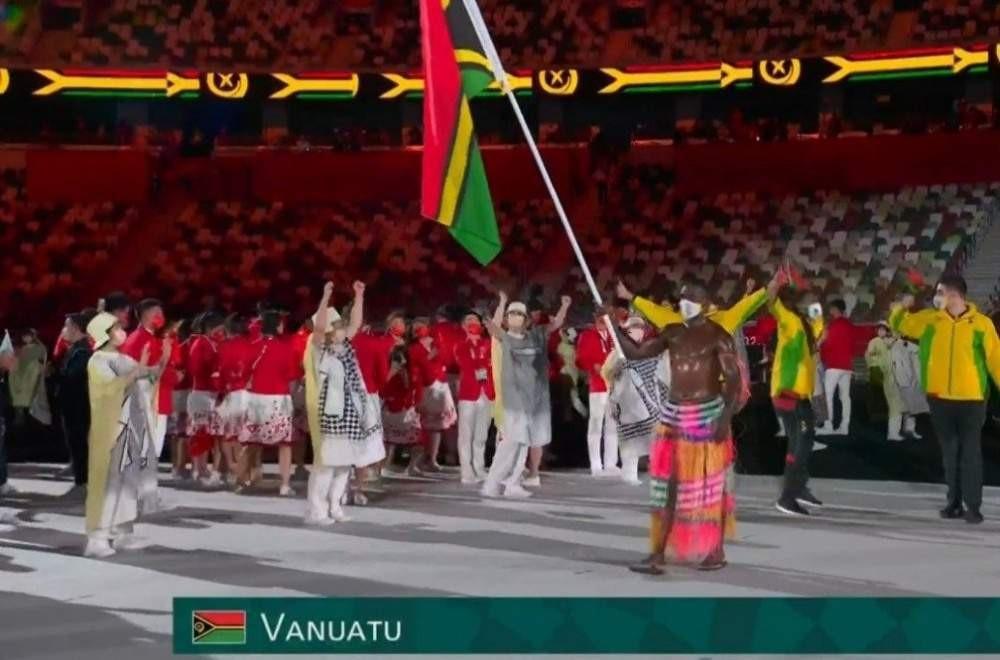O atleta de remo Rillio Rii, de Vanatu, também apareceu com o corpo nu coberto de óleo de coco