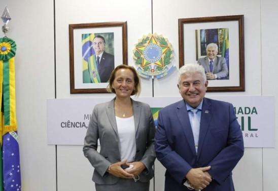Minister Marcus Pontes mit der deutschen Abgeordneten Beatrix von Storch