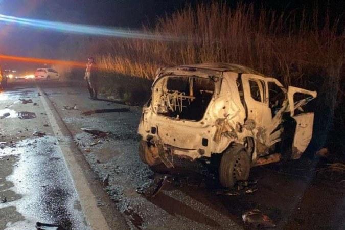 Segundo o CBMDF, um dos veículos ficou incendiado após o acidente - (crédito: CBMDF/Divulgação)