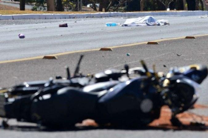 Mulher foi atropelada por motocicleta na altura da 215 Norte, no eixão. Atropelamento por moto na Asa Norte