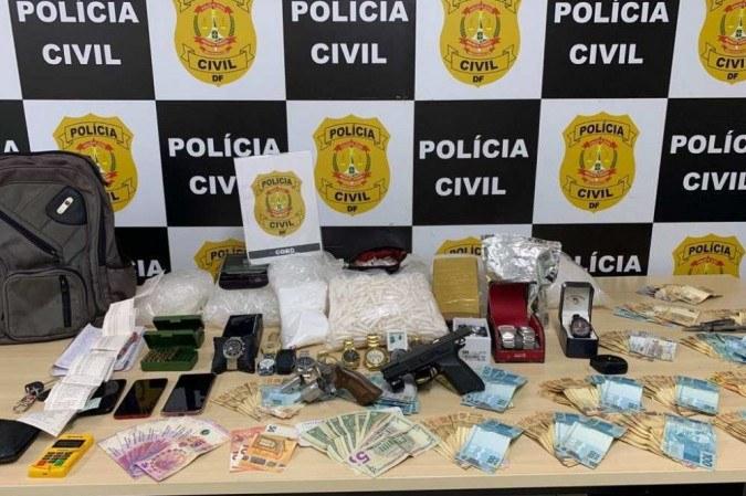 Drogas e armas foram apreendidas durante a abordagem da polícia -  (crédito: Divulgação/ PCDF)