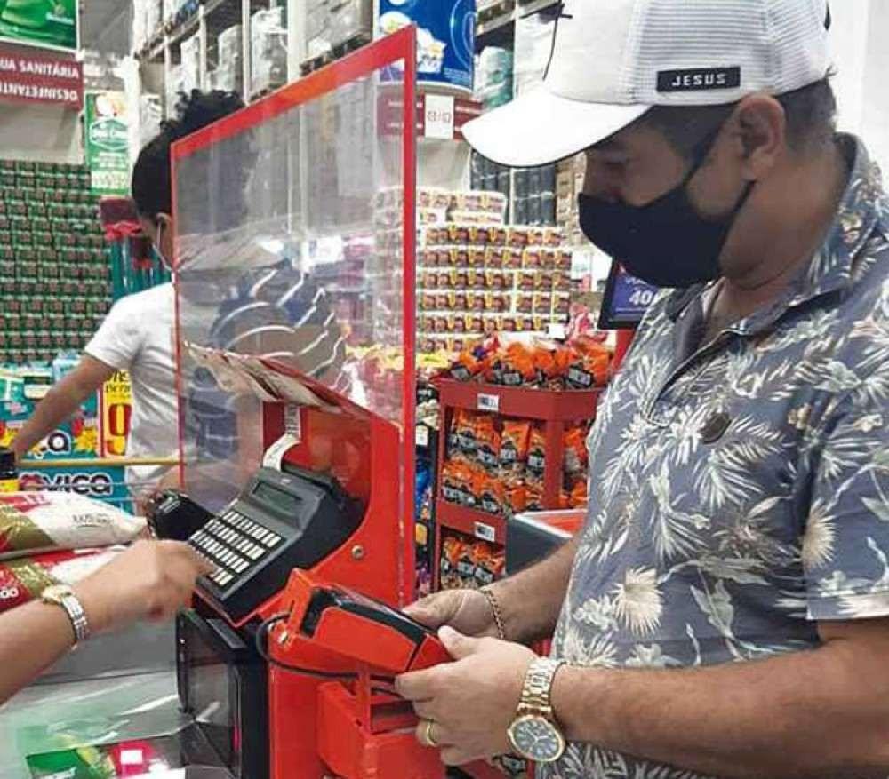 Cartão de crédito em ação no supermercado: para o consumidor, o risco é ver a dívida virar uma bola de neve -  (crédito: Fernanda Fernandes/Esp. CB/D.A Press)