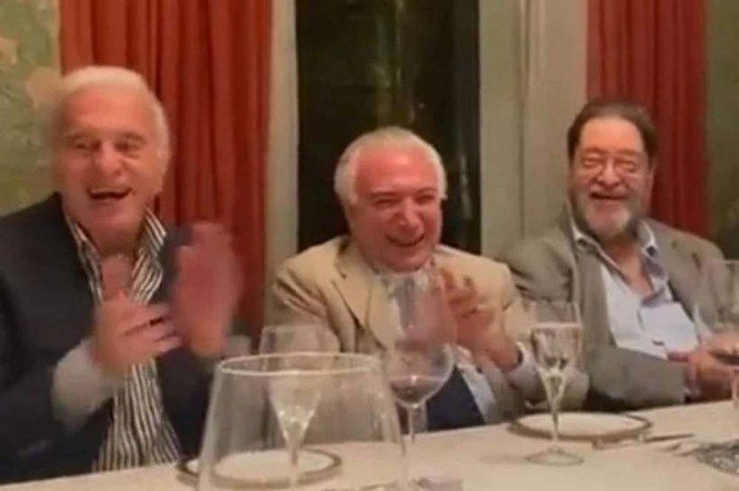 Temer, em jantar com políticos e empresários, dá gargalhada e aplaude humorista que imitava Jair Bolsonaro -  (crédito: Twitter/Reprodução)