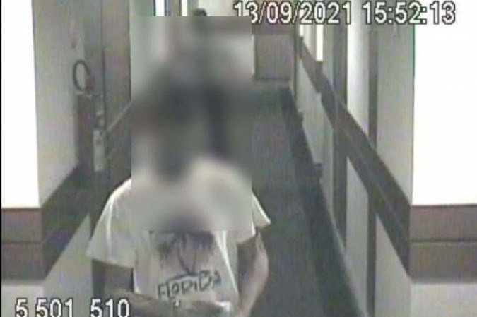 Imagens das câmeras de segurança captaram o momento em que o suspeito deixa o quarto de hotel -  (crédito: Material cedido ao Correio)