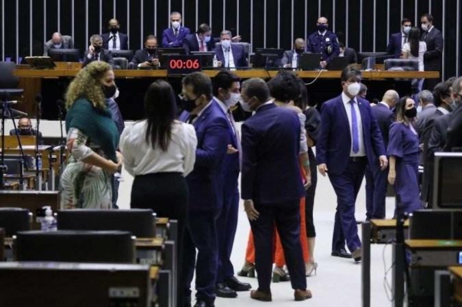 Câmara aprova quarentena para policiais, militares e juízes disputarem eleições