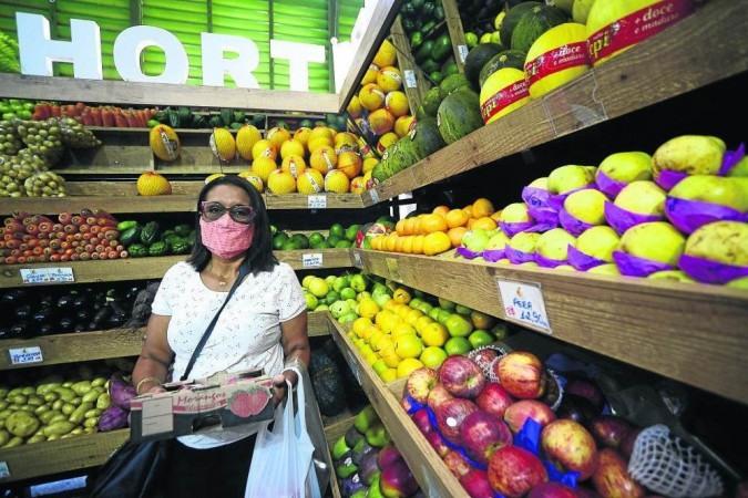 A professora Auta Sol, 57 anos, prefere fazer compras em feiras e tem o hábito de pesquisar bastante os preços - (crédito: Marcelo Ferreira/CB/D.A Press)
