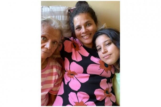 Laura e Luísa se dividem nos cuidados com Maria de Jesus: a avó inspirou a neta a fazer uma exposição fotográfica