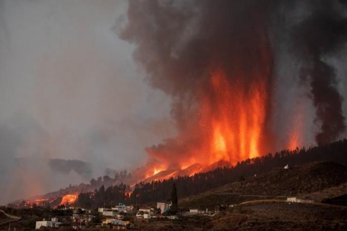 Vulcão Cumbre Vieja entra em erupção e coloca em risco cerca de 1 mil pessoas das Ilhas Canárias - (crédito: DESIREE MARTIN / AFP)