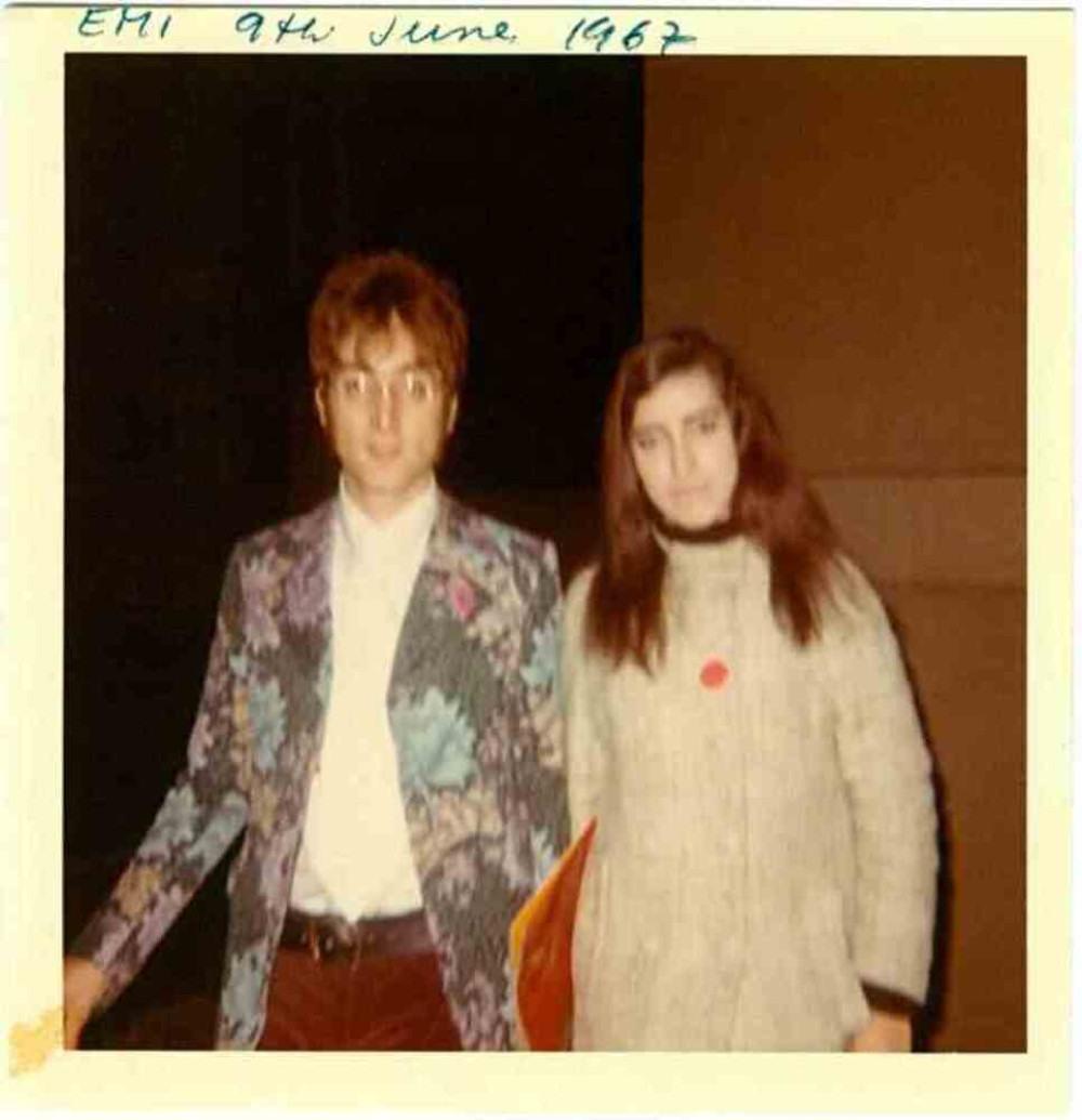Lizzie Bravo ao lado de John Lennon, nos estúdios, em Londres