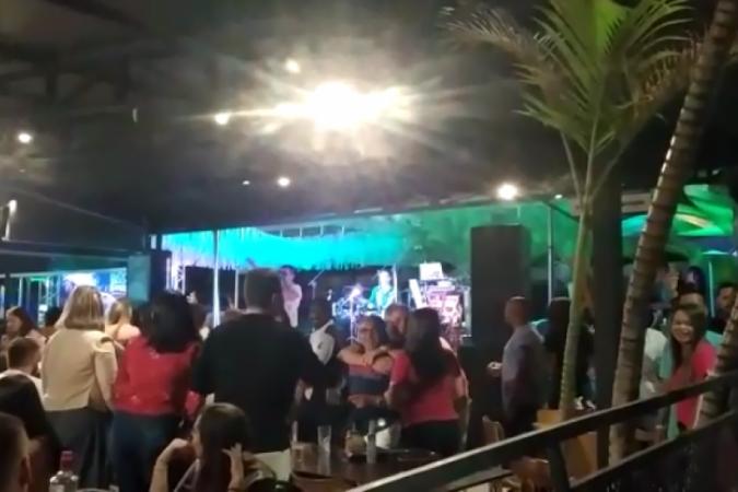 Garden Bar, em Sobradinho, foi multado e interditado na noite deste sábado (13/2) pela fiscalização do DF Legal por evento carnavalesco com aglomeração -  (crédito: DF Legal/Divulgação)