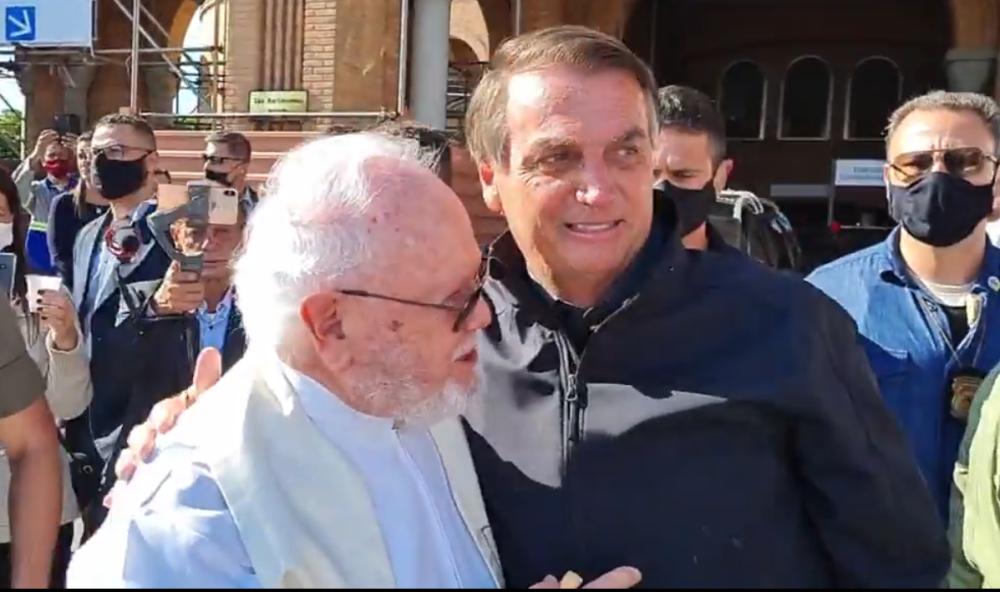 Sem máscara, Bolsonaro abraça arcebispo que criticou a política de armas e a disseminação de notícias falsas na missa da manhã desta terça (12/10)